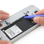 گلکسی اس 5 تعمیری را مثل عکس در حالتی روی میز کارتان قرار دهید که محل نشستن باتری گوشی رو به سمت بالا باشد.
