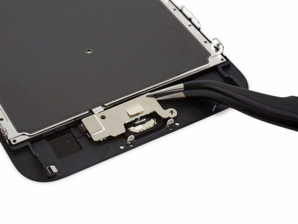 براکت دکمه هوم آیفون 6S Plus تعمیری را با پنس از روی برد جدا کنید.