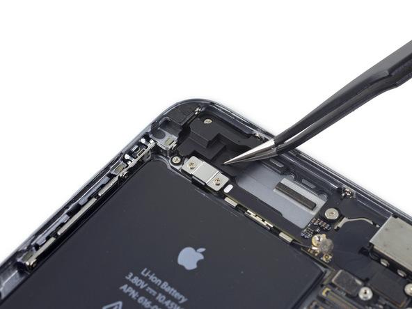 یکی از پیچ های نگهدارنده آنتن وای فای آیفون 6 اس پلاس با یک کاور پوشانده شده است. مثل عکس های ضمیمه شده، کاور این پیچ را با پنس از روی قاب پشت آیفون جدا کنید.