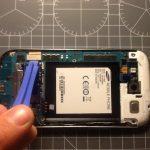 اگر پیش از این مادربرد Galaxy S3 تعمیری را از بدنه گوشی جدا نکردهاید، در این مرحله کانکتور ال سی دی را از گوشه آن آزاد کنید.