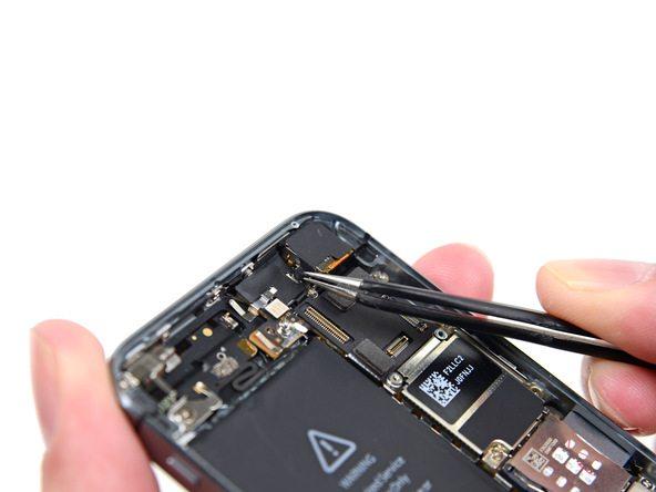 کاور روی لنز دوربین اصلی آیفون 5S تعمیری را از لبه سمت چپ باز کنید. نیازی به جداسازی کامل کاور وجود ندارد.