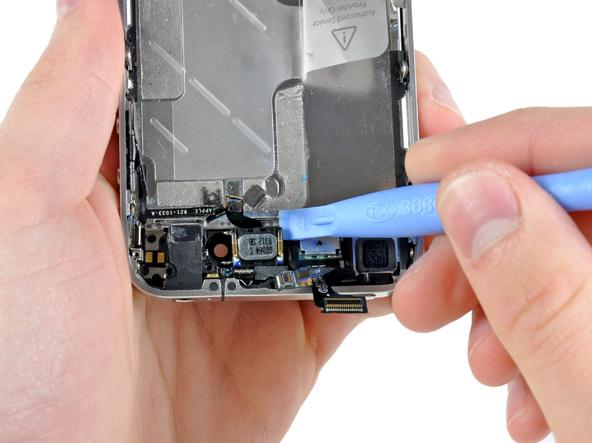 با نوک قاب باز کن پلاستیکی خیلی آرام اسپیکر مکالمه آیفون 4 تعمیری را از روی قاب آن جدا کنید. اسپیکر مکالمه آیفون 4 با چسب روی قاب گوشی محکم شده است.
