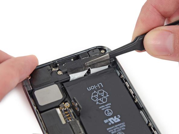 با انگشت یا پنس لبه چسب نگهدارنده باتری آیفون SE تعمیری را مثل عکس اول گرفته و کمی به سمت بالا بکشید.
