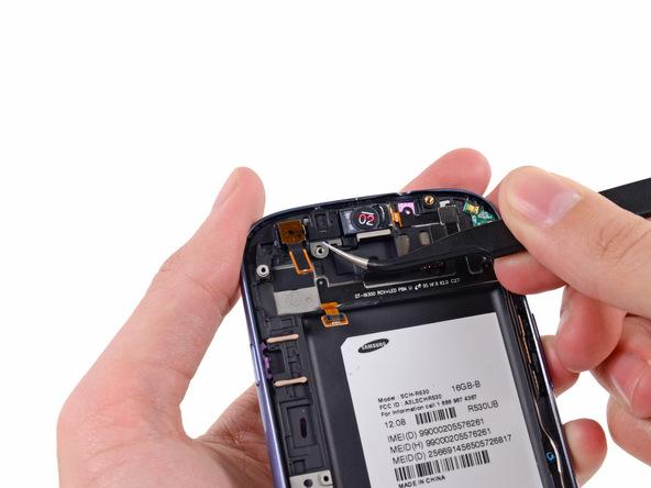 با نوک پنس مجموعه دوربین سلفی Galaxy S3 تعمیری را گرفته و از گوشی جدا کنید.