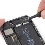 چسب نگهدارنده باتری را با پنس به سمت بالا کشیده و وسط آن را برش دهید تا به دو نیم تبدیل شود.