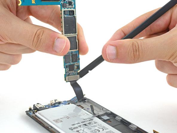 به آرامی کانکتوری که در بخش زیرین مادربرد قرار دارد و منجر به وصل شدن آن به صفحه نمایش گوشی شده را باز کنید.
