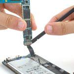 کانکتوری که در بخش زیرین مادربرد قرار دارد و منجر به وصل شدن آن به بدنه گلکسی S6 Edge شده را باز کنید.
