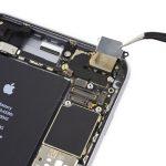 براکت دوربین اصلی آیفون 6S Plus تعمیری را با پنس برداشته و از روی پنل پشت گوشی جدا کنید.
