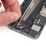 وقتی چسب نگهدارنده باتری آیفون SE کاملا به سمت خارج متمایل شد، آن را با انگشت خود یا پنس گرفته و کاملا به سمت بیرون هدایت کنید.