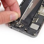 با قیچی یا هر ابزار دیگری که دم دستتان است، وسط چسب نگهدارنده باتری آیفون SE را برش دهید تا چسب به دو قسمت تقسیم شود.