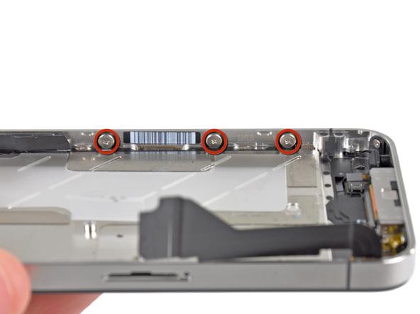 سه پیچ 1.5 میلیمتری که در عکس با رنگ قرمز مشخص شدهاند را از لبه قاب آیفون 4 تعمیری باز کنید.