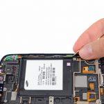 بخش فوقانی سیستم آنتن وای فای گلکسی اس 3 تعمیری را گرفته و تا نصف طولش را از روی لبه قاب گوشی بلند کنید.