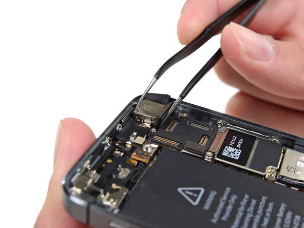 دوربین اصلی آیفون 5S تعمیری را از گوشه درب پشت آیفون جدا کنید.