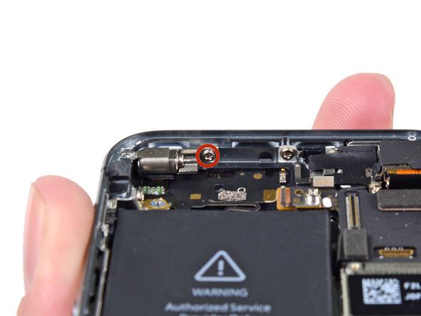 پیچ 1.7 میلیمتری نگهدارنده ویبراتور که روی لبه فوقانی درب پشت گوشی نصب است را باز کنید.