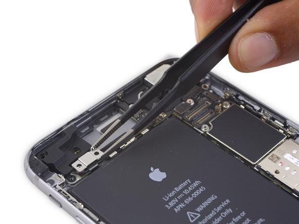 براکت کابل کنترل صدای آیفون 6S Plus تعمیری را با پنس از قاب پشت گوشی بردارید.