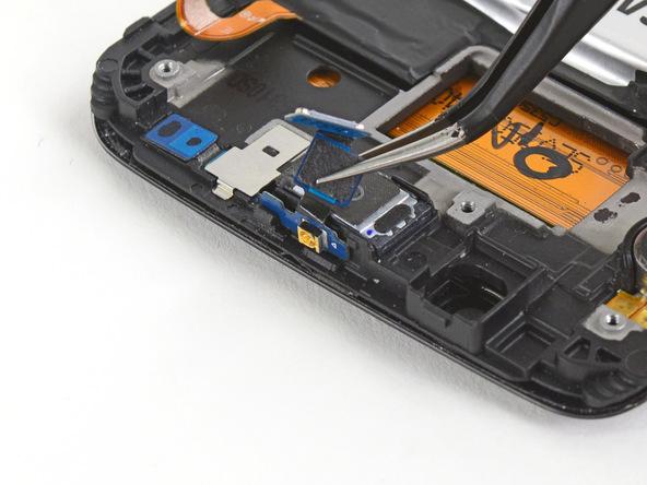 برد کوچکی که در بالای اسپیکر مکالمه گلکسی S6 Edge تعمیری قرار دارد را با پنس از آن جدا کنید.