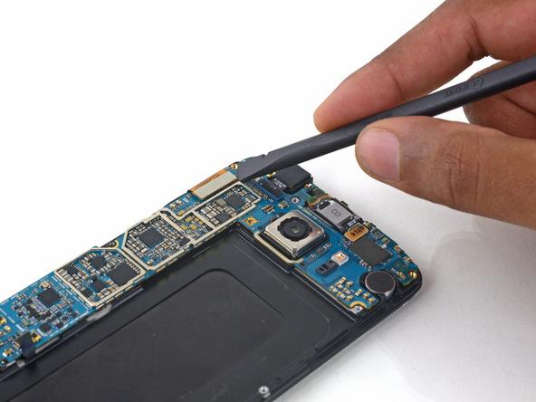 کانکتور ال سی دی گلکسی اس 6 تعمیری را از روی برد گوشی باز کنید.
