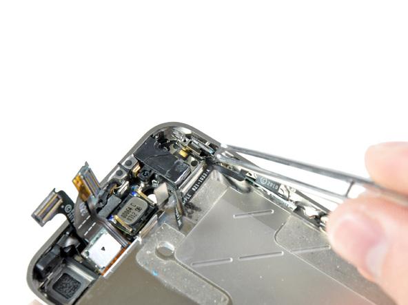 براکت پشت دکمه سایلنت آیفون 4 تعمیری را با پنس از لبه قاب گوشی جدا کنید.