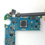سنسور دوربین سلفی گلکسی S6 Edge را از برد جدا نمایید.