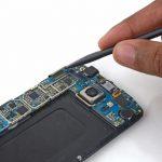 کانکتور صفحه نمایش گلکسی اس 6 تعمیری را از روی برد گوشی باز کنید.