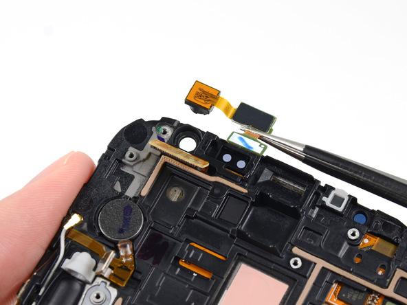 دوربین سلفی گلکسی نوت 2 تعمیری را با پنس از آن جدا کنید.