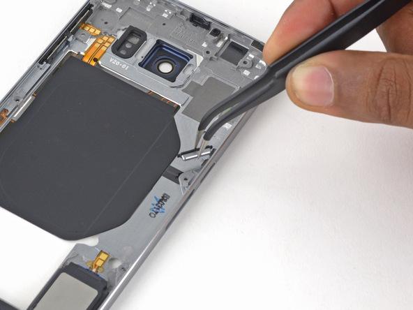 دکمه پاور فعلی گلکسی اس 6 تعمیری را از درپوش پلاستیکی این گوشی جدا کنید.