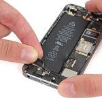 چسب دوم نگهدارنده باتری آیفون SE را هم دقیقا مثل حالت قبل باز کنید.