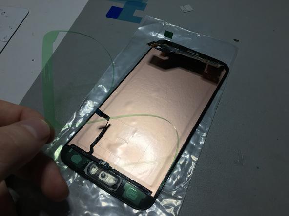 اگر صفحه نمایش گلکسی اس 5 تعمیری را هم همزمان با دکمه هوم گوشی تعویض میکنید، تلق اطراف آن را در همین مرحله بردارید. متعاقبا اگر در حال تعویض نمایشگر گوشی نیستید و هدف فقط تعویض دکمه هوم گلکسی اس 5 (Galaxy S5) است، نیازی به انجام این مرحله ندارید.