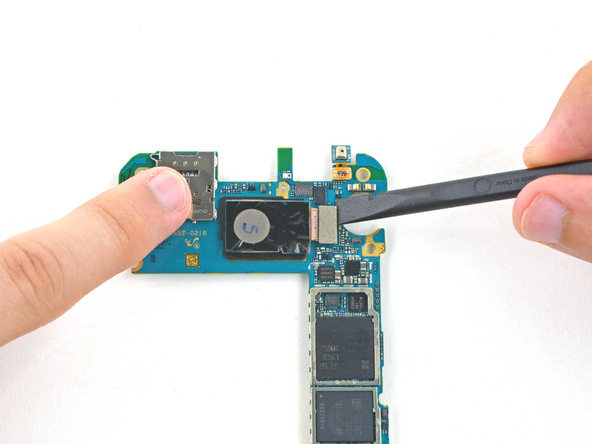 کانکتور دوربین اصلی گلکسی S6 Edge را از روی مادربرد باز کنید.