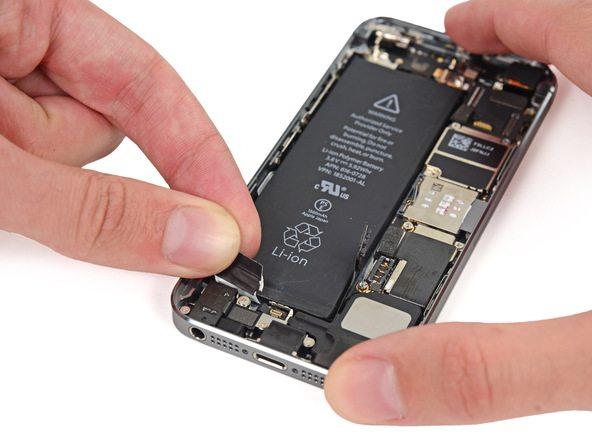 لبه دومین چسب نگهدارنده باتری آیفون 5S تعمیری ر گرفته و کمی به سمت بالا بکشید تا آزاد شود.