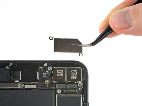 براکت دوربین اصلی یا همان دوربین دوگانه آیفون 7 پلاس را بردارید.