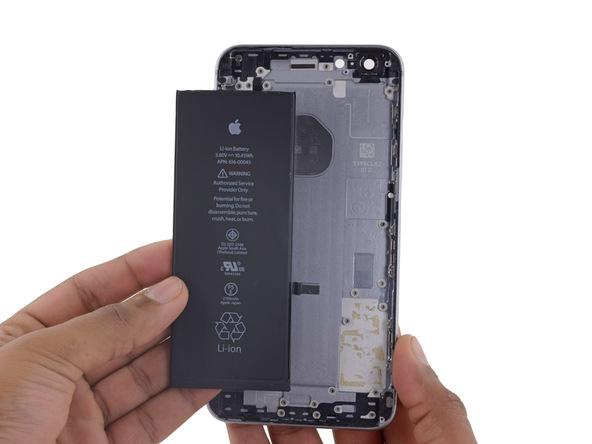 باتری آیفون 6 اس پلاس تعمیری را از قاب پشت گوشی جدا کنید.