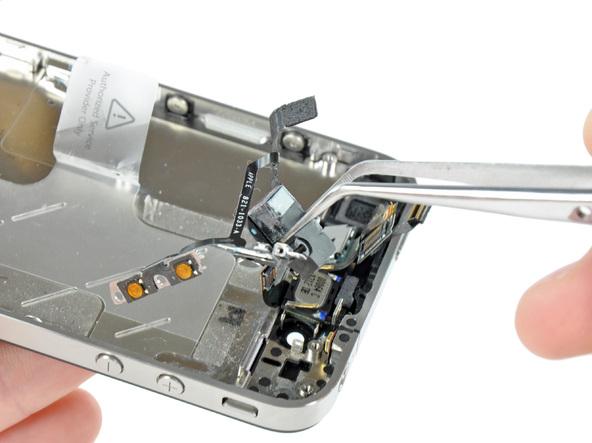 نوک قاب باز کن پلاستیکی یا اسپاتول را در کنار جک هدفون آیفون 4 تعمیری قرار داده و به آرامی آن را تکان دهید تا جک هدفون از روی قاب گوشی آزاد شود.