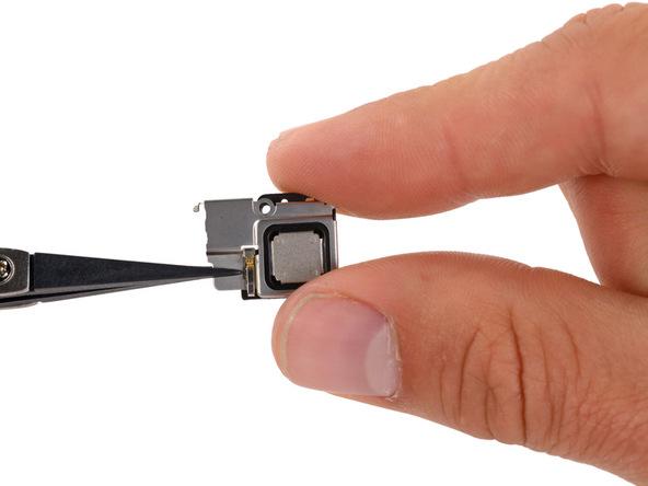 برای جا زدن اسپیکر مکالمه آیفون SE ابتدا آن را در داخل براکت یا محافظ فلزی خودش قرار دهید و سپس مجموعه را به طور یکجا در پنل روی آیفون نصب کنید.