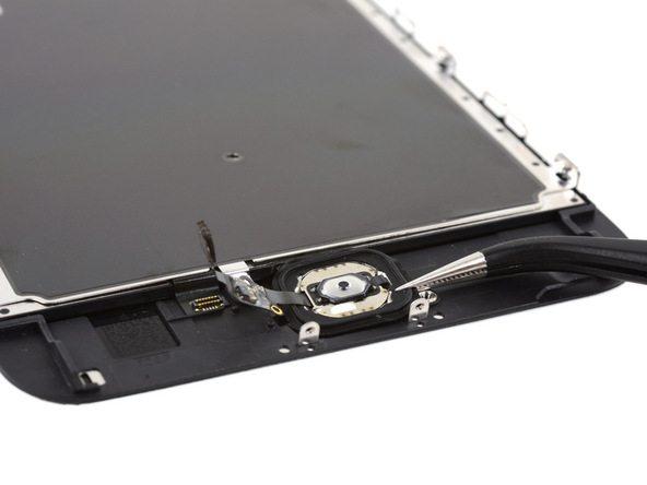 با پنس دکمه هوم آیفون 6 اس پلاس تعمیری را از پنل جلو برداشته و جدا کنید.