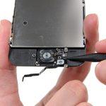 نوک اسپاتول را زیر سیم دکمه هوم قرار داده و آن را به سمت بالا هدایت کنید تا از روی قاب گوشی جدا شود.