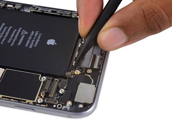 کابل آنتن وای فای آیفون 6 اس پلاس با گیره های خاصی که دقیقا در بالای باتری گوشی تعبی شدهاند، روی قاب پشت محکم میشوند. به آرامی با نوک اسپاتول کابل آنتن وای فای را از اولین گیره موجود در این بخش باز کنید.