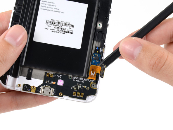 نوک اسپاتول را به آرامی از سمت راست به زیر برد USB گلکسی نوت تعمیری فرو ببرید و خیلی آرام آن را به سمت بالا هدایت کنید تا از روی بدنه گوشی بلند شود.
