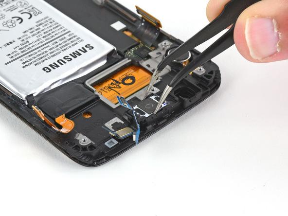 اسپیکر مکالمه گلکسی S6 Edge سامسونگ را از بدنه گوشی جدا کنید.
