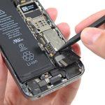 کانکتور سیم آنتن زیرین آیفون 5s را از گوشه سمت چپ و بالای اسپیکر باز کنید.