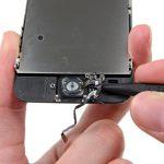 نوک اسپاتول یا پیک را در زیر لبه راست کابل دکمه هوم آیفون SE فرو کنید و به آرامی این کابل را از قاب آیفون جدا نمایید.