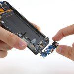 سوکت شارژ یا اصطلاحا برد ثانویه Galaxy S6 Edge تعمیری را به سمت عقب بکشید و کاملا آن را از مجموعه خارج نمایید.
