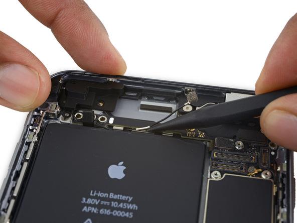 کابل آنتن وای فای آیفون 6 اس پلاس تعمیری را از گیره های دوم و سوم هم جدا کنید.
