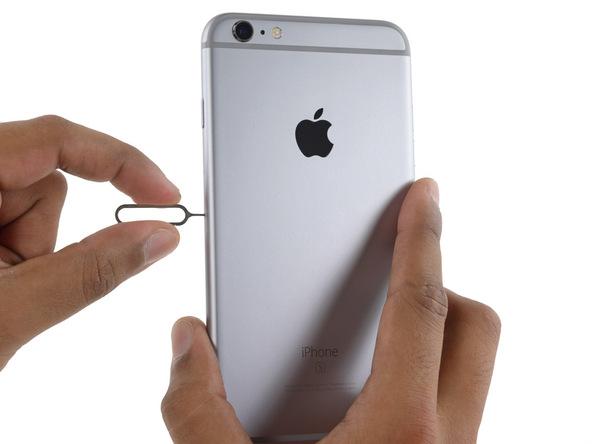 نوک سوزن باز کننده سیم کارت آیفون 6 اس پلاس تعمیری را به آرامی در مجرایی که در لبه سمت راست قاب گوشی تعبیه شده فرو کنید و آن را به سمت داخلی فشار دهید.