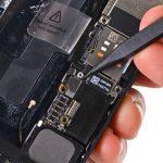 کانکتور لایتنینگ پورت یا همان سوکت شارژ آیفون 5 تعمیری را با اسپاتول از روی برد گوشی جدا کنید.