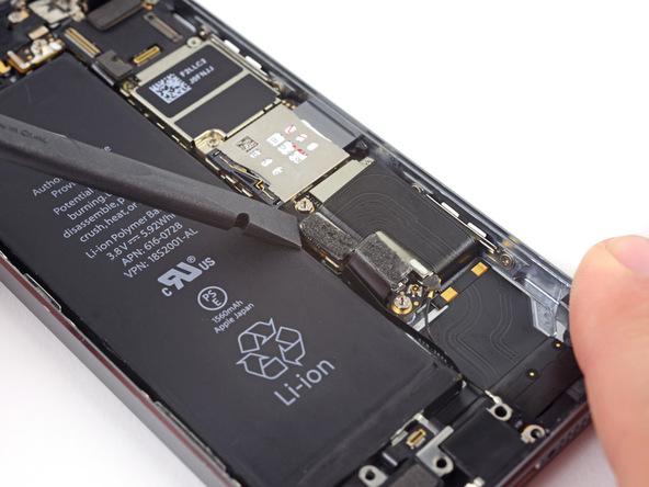 کانکتور سوکت شارژ یا همان لایتنینگ کانکتور آیفون 5S تعمیری را باز کنید.