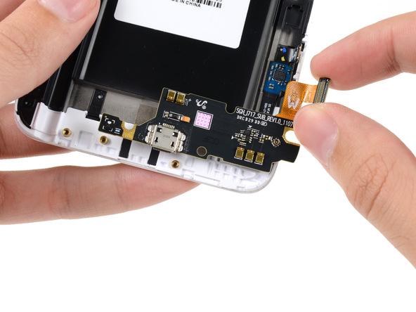 گوشه سمت راست برد USB گلکسی نوت تعمیری را با نگشت گرفته و به آرامی این قطعه را از روی بدنه گوشی جدا کنید.