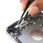 کابل آنتن وای فای آیفون 6 اس پلاس تعمیری را با پنس از قاب پشت گوشی جدا کنید.