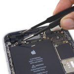فلت آنتن وای فای آیفون 6 اس پلاس تعمیری را با پنس از قاب پشت گوشی جدا کنید.