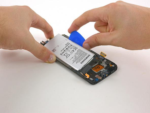 باتری گلکسی S6 Edge تعمیری را از بدنه گوشی جدا نمایید.